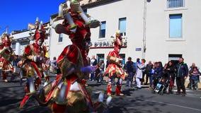 Parade van vermomde mensen in Carnaval van Limoux in Aude, Frankrijk stock footage