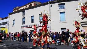 Parade van vermomde mensen in Carnaval van Limoux in Aude, Frankrijk stock videobeelden