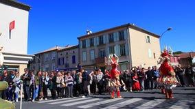Parade van vermomde mensen in Carnaval van Limoux in Aude, Frankrijk stock video