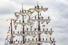 Parade van zeer oud historisch botengaljoen op de rivierzegen voor Armada, Frankrijk stock foto's