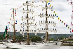 Parade van zeer oud historisch botengaljoen op de rivierzegen voor Armada, Frankrijk stock fotografie