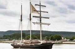 Parade van zeer oud historisch botengaljoen op de rivierzegen voor Armada, Frankrijk stock afbeeldingen