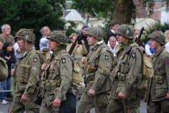 Parade von den Leuten verkleidet als US-Soldaten des zweiten Weltkriegs, Frankreich Stockbilder