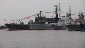 Parade von Kriegsschiffen stock footage