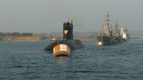 Parade von Kriegsschiffen stock video