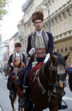Parade von 70 Teilnehmern, zwanzig Pferde und vierzig Mitglieder der Blaskapelle haben die folgenden 300 Alka angekündigt Lizenzfreie Stockfotos