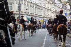 Parade von 70 Teilnehmern, zwanzig Pferde und vierzig Mitglieder der Blaskapelle haben die folgenden 300 Alka angekündigt Stockfotografie