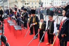 Parade von 70 Teilnehmern, zwanzig Pferde und vierzig Mitglieder der Blaskapelle haben die folgenden 300 Alka angekündigt Lizenzfreies Stockfoto