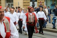 Parade von 70 Teilnehmern, zwanzig Pferde und vierzig Mitglieder der Blaskapelle haben die folgenden 300 Alka angekündigt Lizenzfreie Stockfotografie
