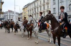 Parade von 70 Teilnehmern, zwanzig Pferde und vierzig Mitglieder der Blaskapelle haben die folgenden 300 Alka angekündigt Lizenzfreies Stockbild