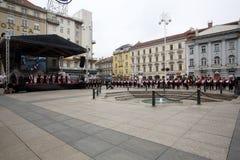 Parade von 70 Teilnehmern, zwanzig Pferde und vierzig Mitglieder der Blaskapelle haben die folgenden 300 Alka angekündigt Stockbilder