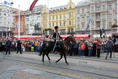 Parade von 70 Teilnehmern, zwanzig Pferde und vierzig Mitglieder der Blaskapelle haben die folgenden 300 Alka angekündigt Stockbild