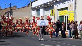 Parade von verkleideten Leuten am Karneval von Limoux in Aude, Frankreich stock footage