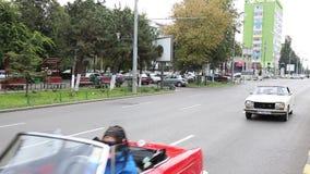Parade von Weinleseautos stock video footage