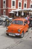 Parade von Weinleseautos in Novigrad, Kroatien Lizenzfreie Stockfotografie
