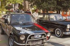 Parade von Weinleseautos in Novigrad, Kroatien Lizenzfreie Stockbilder