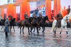 Parade weihte 7. November 1941 auf Rotem Platz in Moskau ein 75. Jahrestag Lizenzfreie Stockfotografie