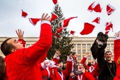 Parademedewerkers van Sinterklaas in Uzhgorod stock foto's