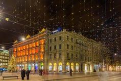 Paradeplatz和Bahnhofstrasse在苏黎世为圣诞节装饰了 免版税库存照片