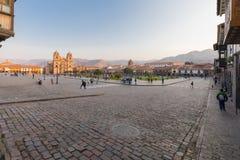 Paradeplatz in Cuzco bei dem Sonnenaufgang an einem sonnigen Tag lizenzfreies stockfoto