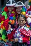 Paraderen de kleurrijk geklede uitvoerders in een Cusco-straat tijdens de Meidag in Peru royalty-vrije stock fotografie
