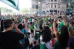 Paraders und Menge erfasst an UOB-Piazza in Singapur während des St- Patrick` s Tages 2018 Lizenzfreie Stockfotos