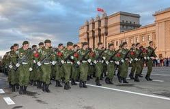 Paradewiederholung vor dem Tag des Sieges im Großen patriotischen Krieg Lizenzfreie Stockfotografie