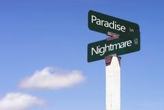 Paradies-Albtraum unterzeichnet Kreuzungs-Straßen-Alleen-Zeichen-blaue Himmel Lizenzfreies Stockbild