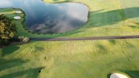 Paradies-Punkt-Gold- Coasthoffnungs-Insel-Golfplatzwasserabscheider mit springenden Fischen stock video