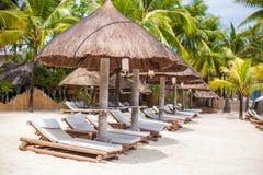 Paradiesansicht des netten tropischen leeren sandigen Strandes stockfoto