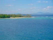 Paradiesinsel mit Palmen und tropischem Wald lizenzfreies stockbild