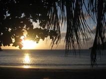 Paradiesozean-Sonnenuntergang palmtrees Kolumbiens Taganga setzen Sandtraum auf den Strand Stockbild