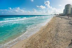 Paradiesstrand mit Hotels in Cancun, Mexiko lizenzfreie stockfotos
