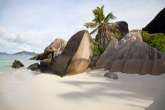Paradiesstrand mit weißem Sand und Felsen Stockfoto
