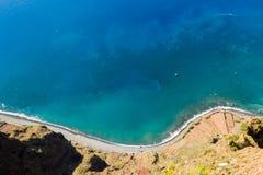 Paradiesufer mit blauem Ozean lizenzfreie stockfotografie