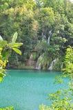 Paradieswasserfall in grünen See Lizenzfreie Stockbilder