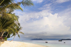 Paradijs overzees landschap met wit zand en smaragdgroene oceaankust in Rawa-Eiland Maleisië Royalty-vrije Stock Foto's