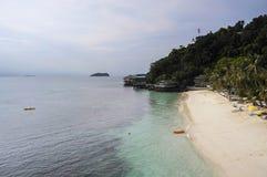 Paradijs overzees landschap met wit zand en smaragdgroene oceaankust in Rawa-Eiland Maleisië Royalty-vrije Stock Afbeelding