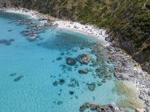 Paradijs van sub, strand die met voorgebergte het overzees overzien Zambrone, Calabrië, Italië Lucht Mening royalty-vrije stock afbeelding