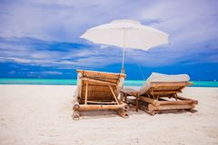Paradijsmening van aardig tropisch leeg zandig strand Stock Fotografie