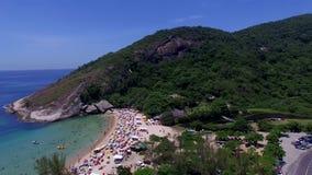 Paradijsstrand, mooi strand, prachtige stranden rond de wereld, Grumari-strand, Rio de Janeiro, Brazilië stock footage