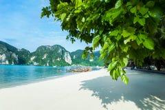 Paradisö, vit sand, blått vatten askfat Arkivbilder