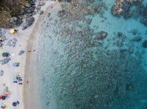 Paradis av suben, strand med udden som förbiser havet Zambrone Calabria, Italien flyg- sikt Arkivfoton