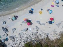 Paradis av suben, strand med udden som förbiser havet Zambrone Calabria, Italien flyg- sikt arkivbild