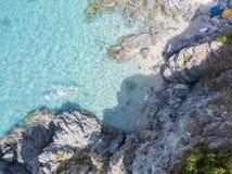 Paradis av suben, strand med udden som förbiser havet Zambrone Calabria, Italien flyg- sikt Royaltyfri Fotografi