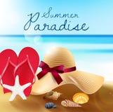 Paradis d'été de plage sablonneuse, de chapeau de paille, de sandales, de coquilles et d'étoiles de mer illustration de vecteur