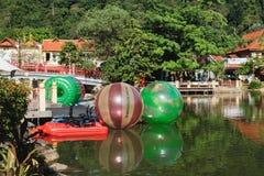 Paradis de luxe par le lac du village oriental Photo stock