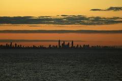 Paradis de surfers dans la distance au temps de coucher du soleil Image libre de droits