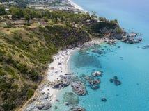 Paradis du sous-marin, plage avec le promontoire donnant sur la mer Zambrone, Calabre, Italie Silhouette d'homme se recroquevilla photo stock