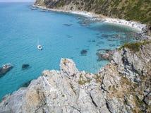 Paradis du sous-marin, plage avec le promontoire donnant sur la mer Zambrone, Calabre, Italie Silhouette d'homme se recroquevilla photographie stock